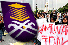 UiTM students marching to Bangunan Sultan Abdul Aziz Shah
